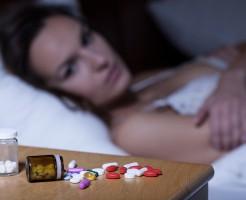 薬を心配する女性